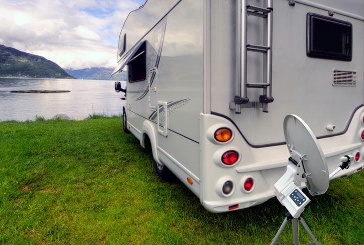 Na obrázku je karavan